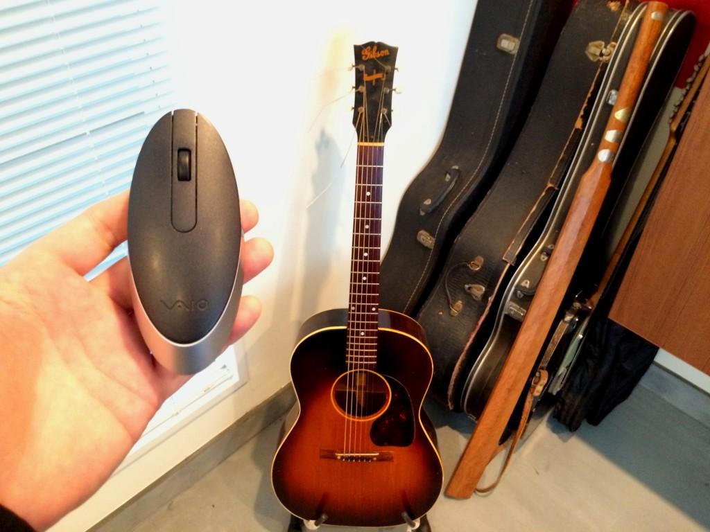 遠藤誠が愛用するマウスとギターと木刀