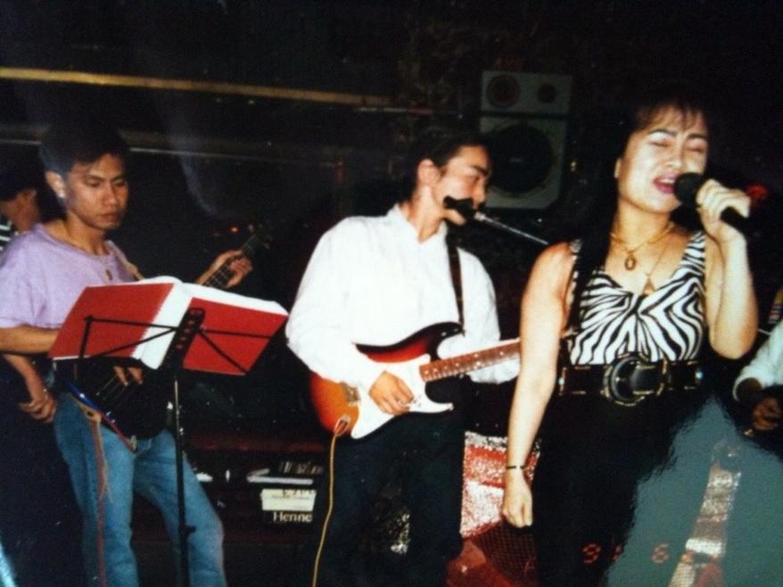 新宿歌舞伎町の外国人クラブで演奏する遠藤誠